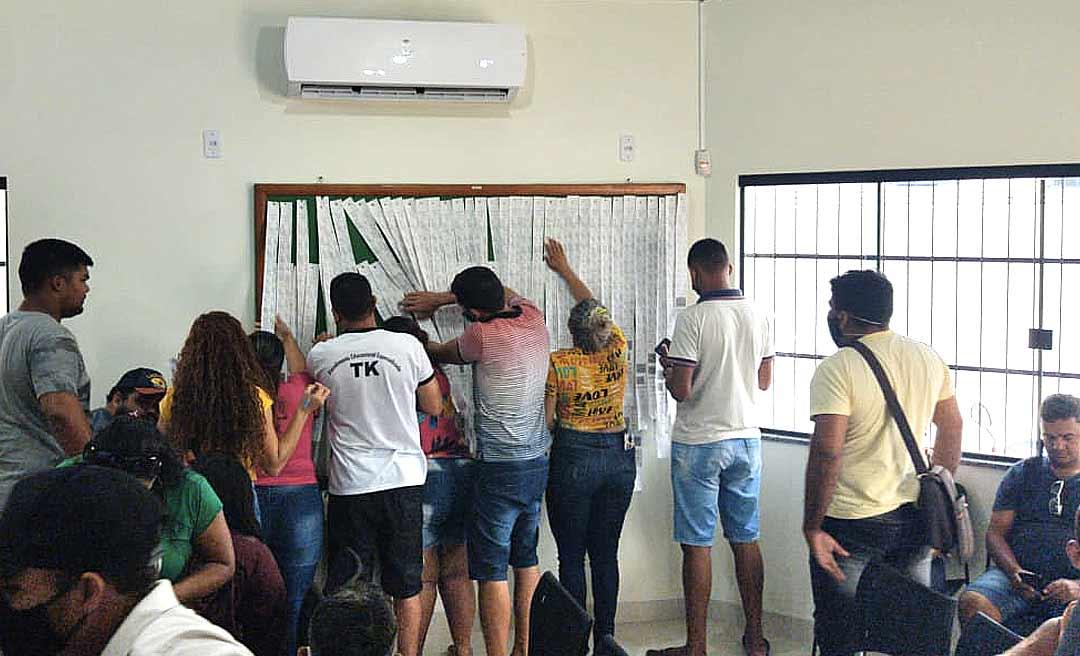 Candidatos derrotados no domingo lotam fórum eleitoral de Tarauacá; eles se dizem prejudicados