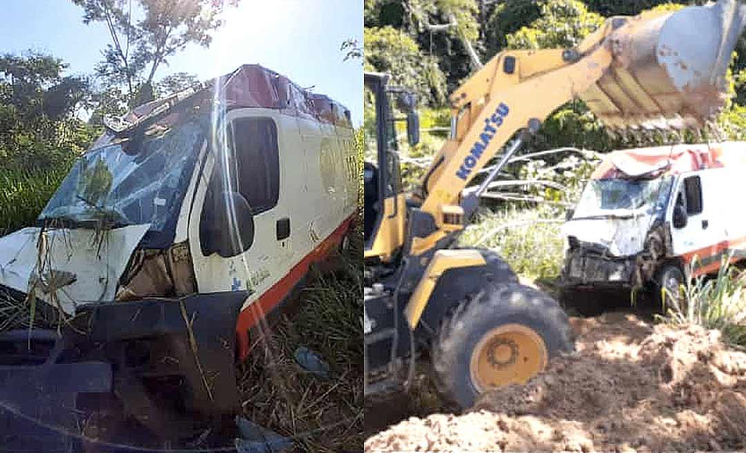 Equipe do Samu sofre acidente na BR-364 após colidir ambulância contra uma vaca