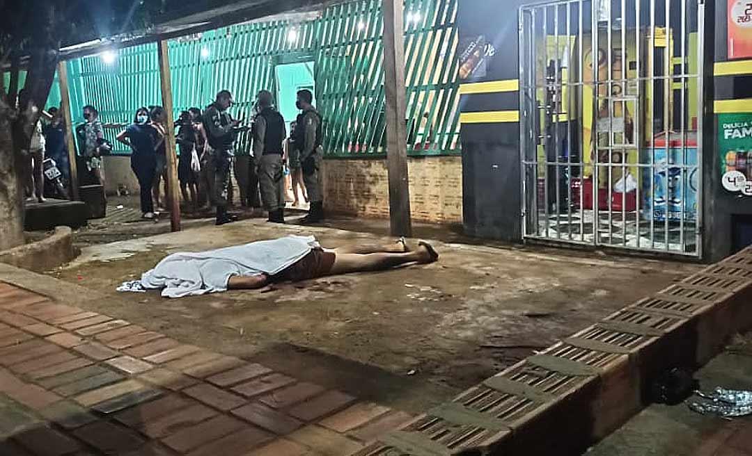 Dono de distribuidora é executado a tiros quando conversava com amigo na frente do comércio