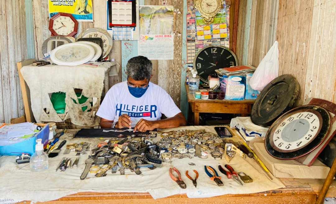 Há 31 anos tocando sua relojoaria, tarauacaense Assis Moreira é exemplo de dedicação e amor à arte de contar o tempo