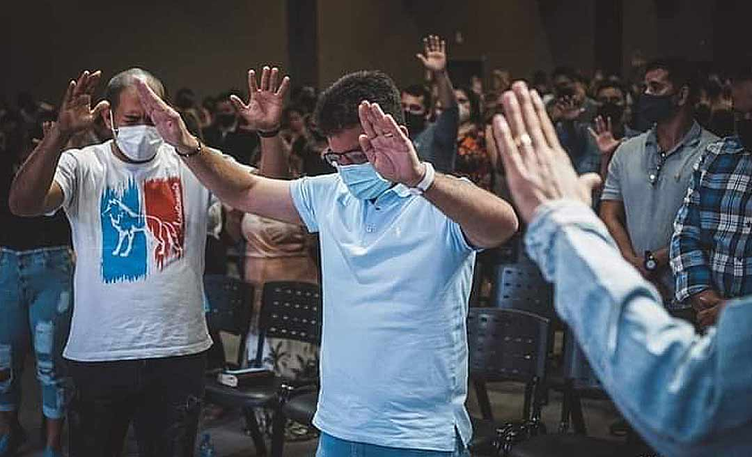 """Gladson participa de culto na Comunidade Batista Vida, recebe oração e diz: """"É a fé em Deus que move nossas vidas"""""""