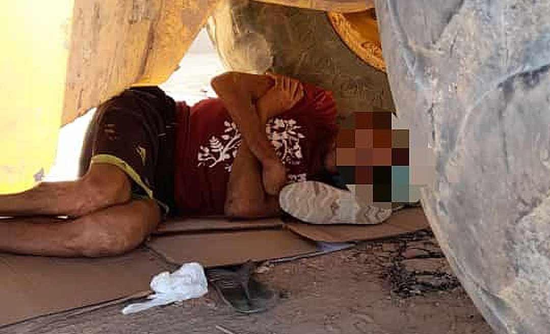 Homem é flagrado dormindo embaixo de uma retroescavadeira em Tarauacá